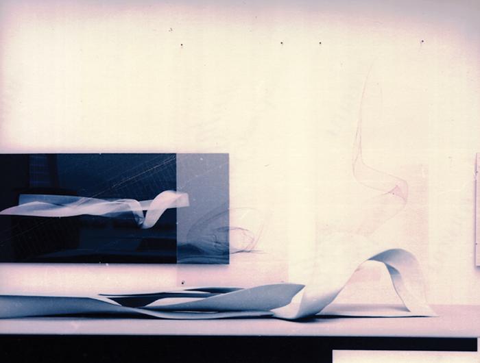 "Aegis Hyposurface, Mark Goulthorpe dECOi, International Pavilion en la 7a Exhibición Internacional de Arquitectura, ""Less Aesthetics More Ethics,"" 2000. Fotografía: David Campos Tubular Bridge, Paolo Soleri, Giardini en la 7a Exhibición Internacional de A"